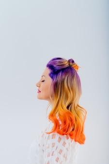 Mulher com cabelos coloridos. garota com maquiagem e penteado
