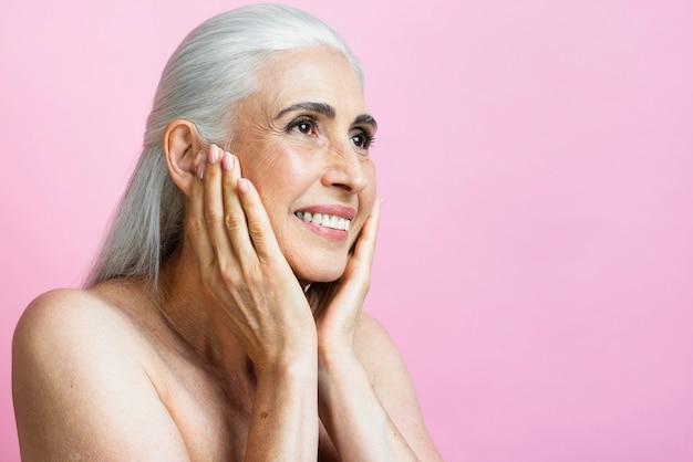 Mulher com cabelos grisalhos sorrindo