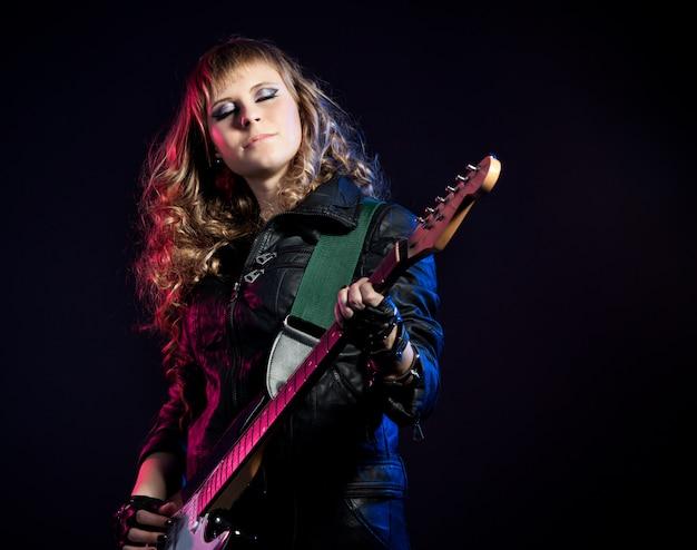 Mulher com cabelos loiros, tocando violão