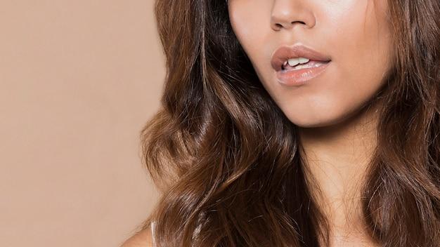 Mulher com cabelos longos e belos lábios close-up
