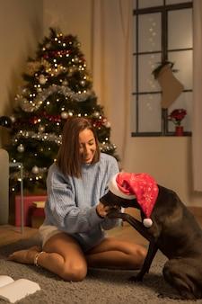 Mulher com cachorro no natal