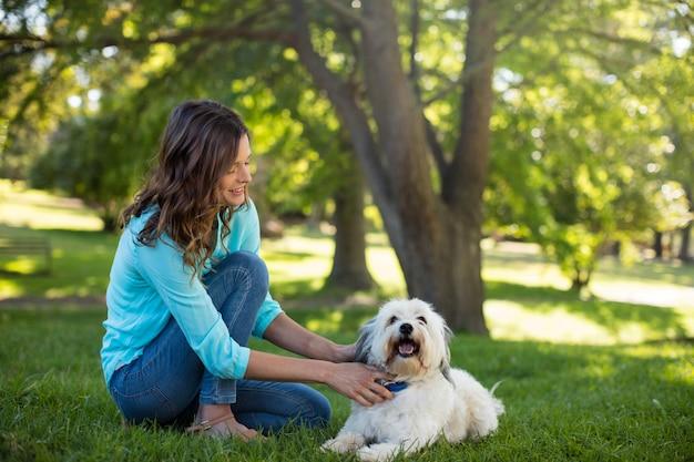 Mulher com cachorro no parque
