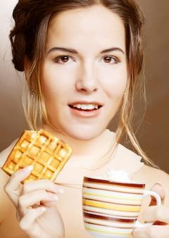 Mulher com café e biscoitos