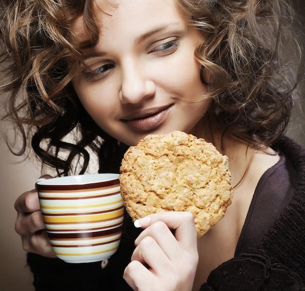 Mulher com café e bolo