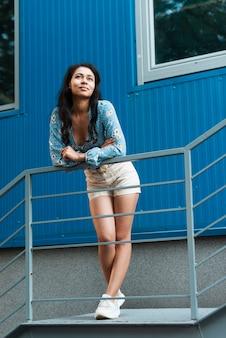 Mulher com calças curtas, olhando para longe