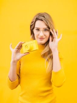 Mulher com câmera e óculos