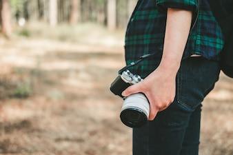 Mulher, com, câmera foto, em, mão viagem, estilo vida, e, férias, conceito