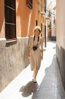Mulher com câmera fotográfica completa