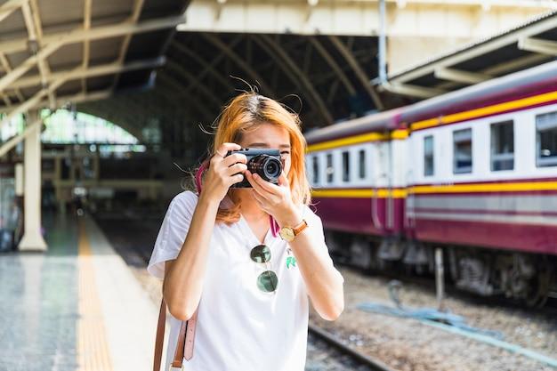 Mulher, com, câmera, ligado, estação de comboios