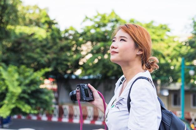 Mulher, com, câmera, ligado, rua