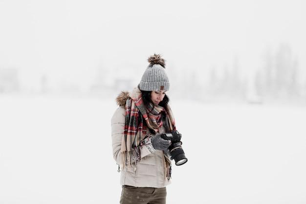 Mulher com câmera no inverno