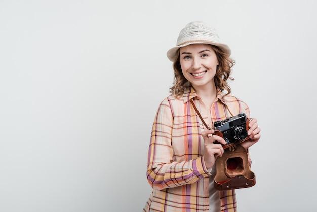 Mulher com câmera, viajar, viajante. isolado.