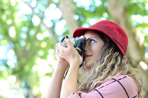 Mulher com câmera vintage antiga