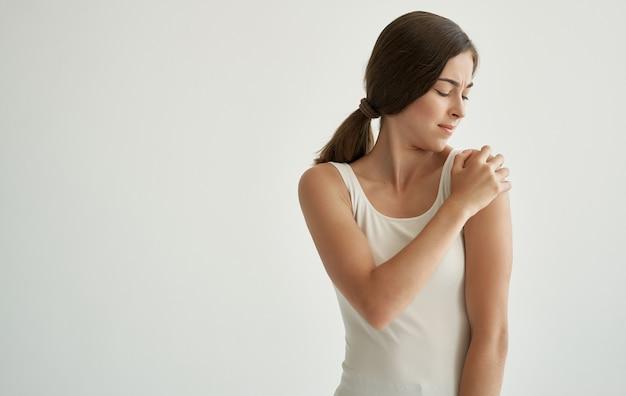 Mulher com camiseta branca traumatismo problemas de saúde hospital Foto Premium