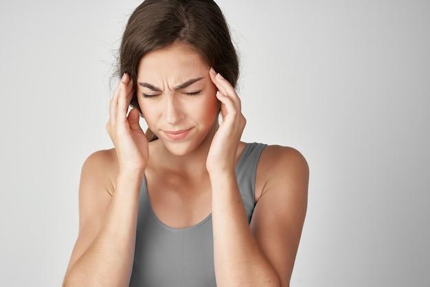 Mulher com camiseta cinza problemas de saúde dor abdominal diarreia
