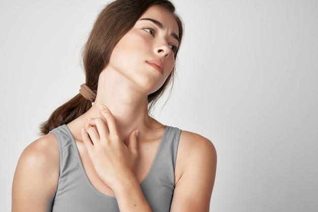 Mulher com camiseta cinza problemas de saúde dor nas articulações desconforto