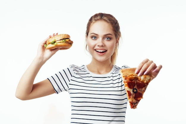 Mulher com camiseta listrada fast food lanche junk food