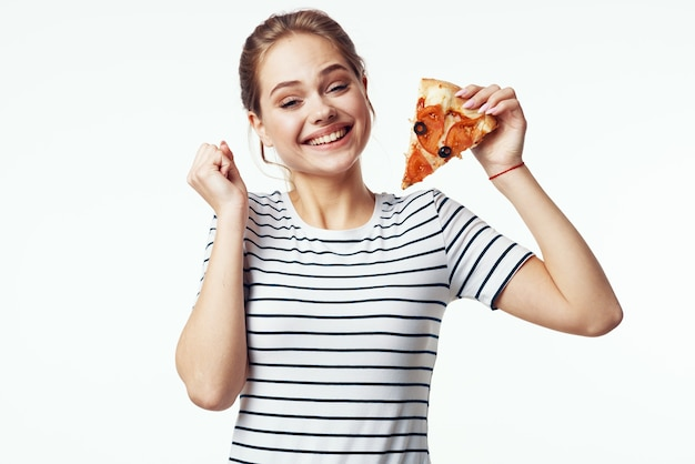 Mulher com camiseta listrada pizza dieta lanche junk food
