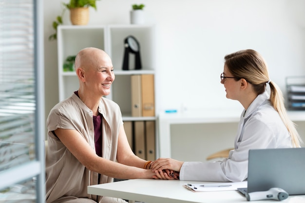 Mulher com câncer de pele conversando com o médico