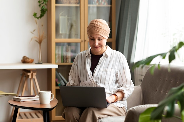 Mulher com câncer de pele passando um tempo em casa