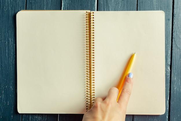 Mulher, com, caneta, ligado, um, caderno