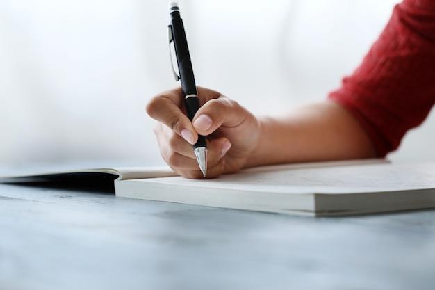 Mulher com caneta