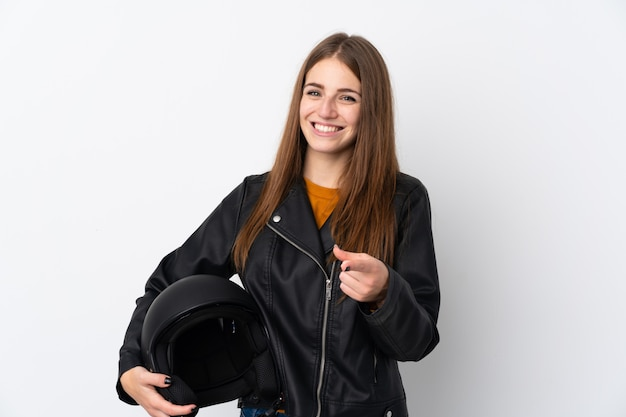 Mulher com capacete de moto sobre parede isolada