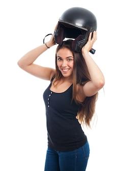 Mulher com capacete preto