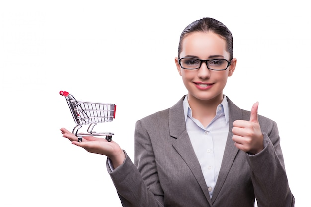 Mulher com carrinho de compras isolado no branco