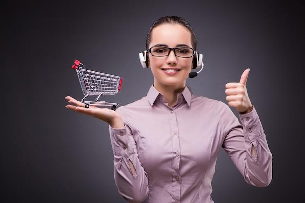 Mulher com carrinho de compras no conceito de negócio