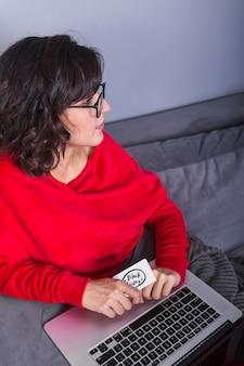 Mulher, com, cartão crédito, e, laptop