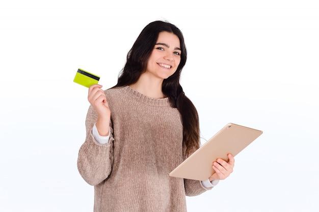 Mulher com cartão de crédito e tablet digital.
