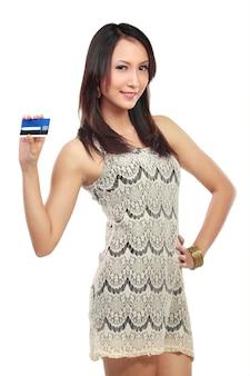 Mulher com cartão de crédito