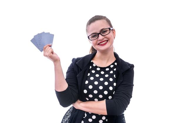 Mulher com cartas de jogar isoladas em branco