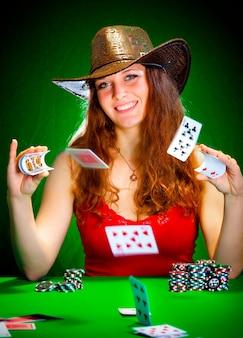 Mulher com cartas de jogar