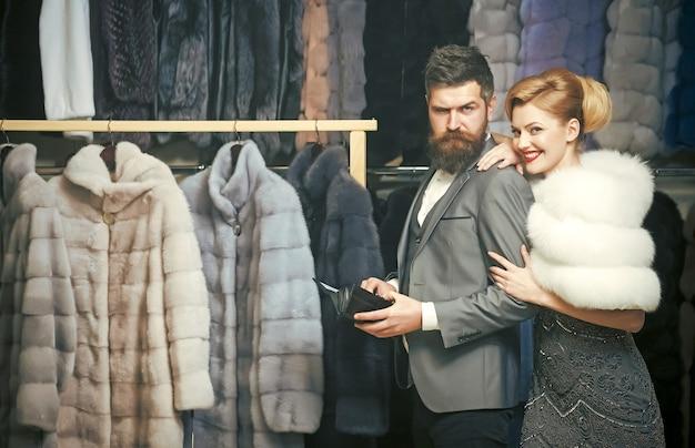 Mulher com casaco de pele com homem