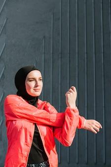 Mulher com casaco vermelho alongamento
