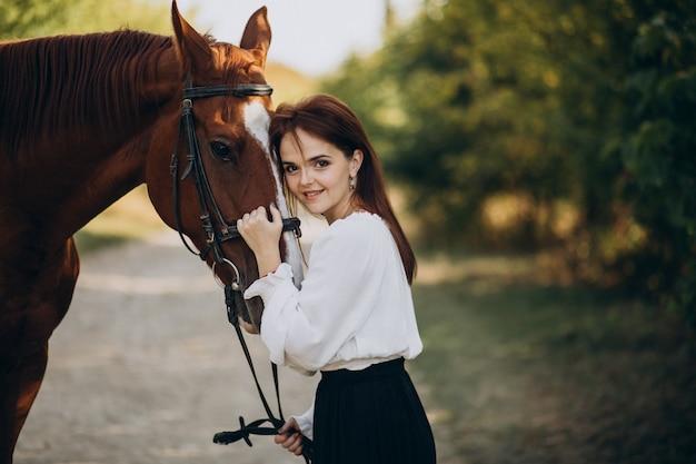 Mulher com cavalo na floresta