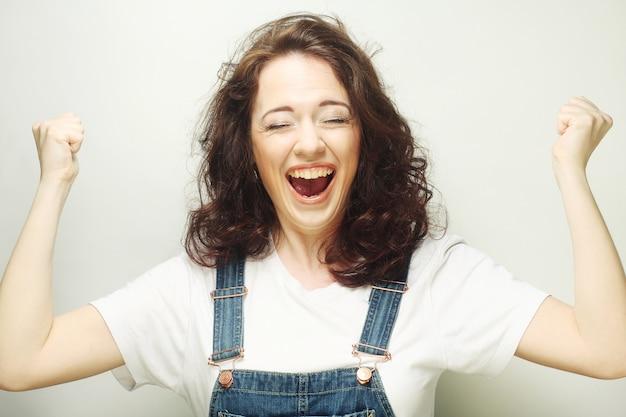 Mulher com celebrando a expressão