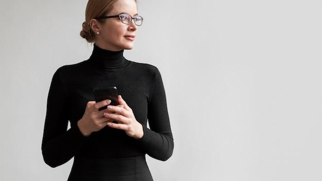 Mulher com celular, olhando para longe