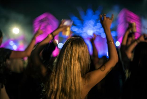 Mulher, com, cervejas, desfrutando, música, festival