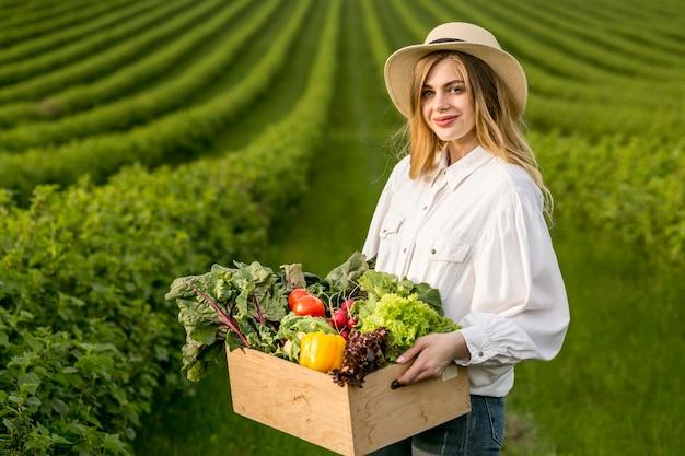 Mulher com cesta de legumes