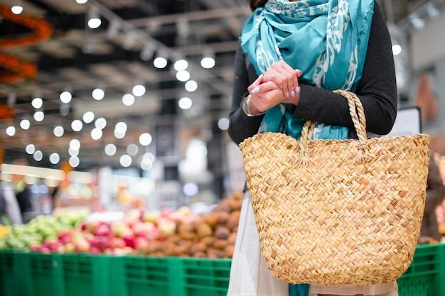 Mulher com cesta no mercado