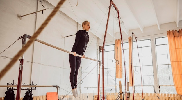 Mulher com chance longa treinando para campeonato de ginástica