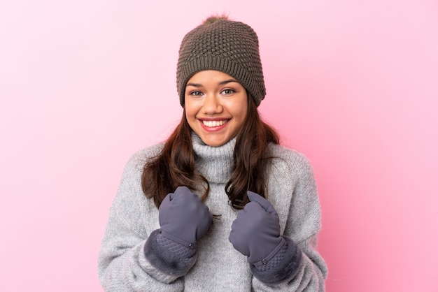 Mulher com chapéu de inverno isolado parede rosa