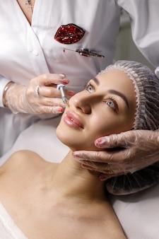 Mulher com chapéu de médico e lábio baleado na esteticista