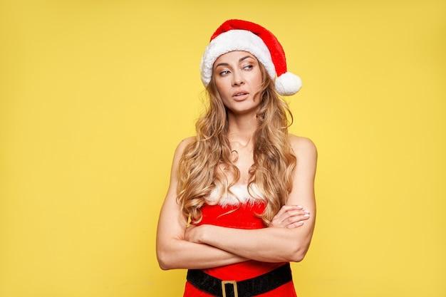 Mulher com chapéu de papai noel de natal