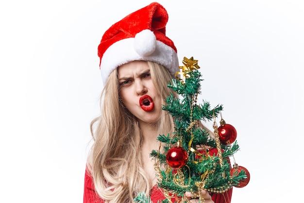 Mulher com chapéu de papai noel decoração da árvore de natal feriado luz de fundo