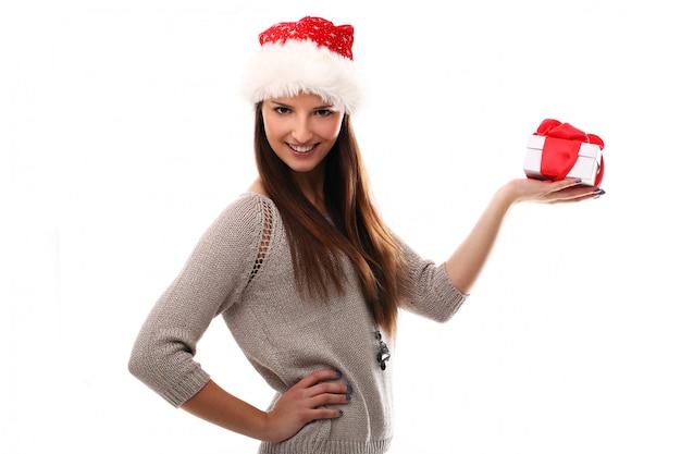 Mulher com chapéu de papai noel e caixa de presente de natal