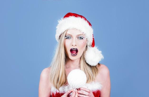 Mulher com chapéu de papai noel rainha da neve maquiagem de inverno natal chapéu de papai noel ano novo celebrando o natal